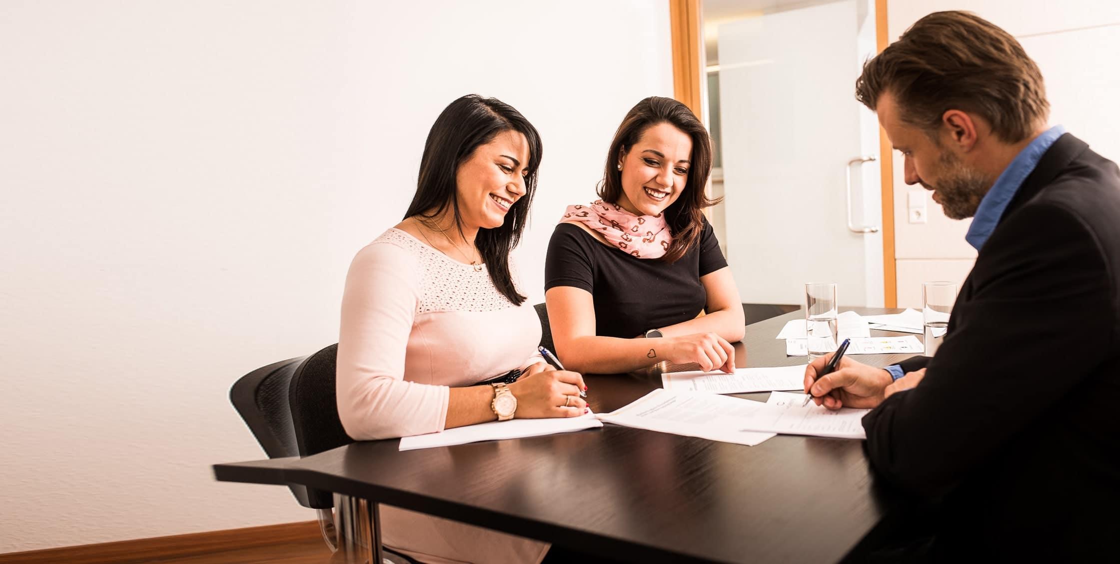 Vertragsunterzeichnung bei der Personalvermittlungsfirma von Caprivi in Stuttgart